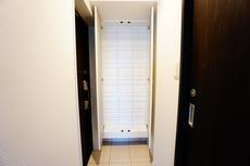 玄関の下足入れは靴を縦に収納でき、全体が見やすく取り出しやすくなっております。