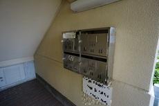 ポストは1階にあり、雨の日も濡れずに郵便物を取りに行けます。