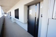 落ち着いた雰囲気の玄関扉^^外壁とマッチングしていてかっこいいですね^^ダブルロックで防犯面も考えられています。