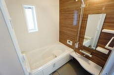 同仕様写真。半身浴ができるベンチスペースがあり、節水にも効果を発揮します。1坪サイズなので、ゆったりとご入浴ができます。浴室乾燥機付きです。