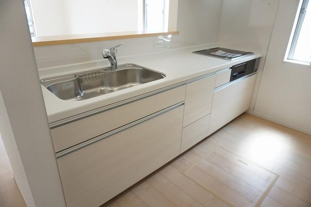 同仕様写真。対面式カウンターキッチンでお子様の様子が見守れます。ステンレスのカウンタートップは耐熱性に優れており、日ごろのお掃除もふき取るだけでOK。ステンレスシンクも簡単にお掃除できますよ。