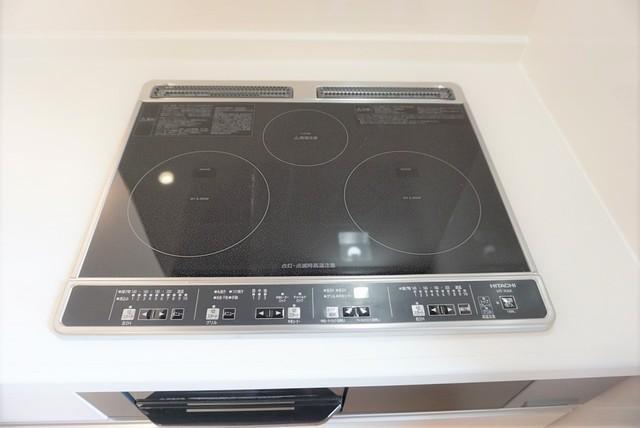 同仕様写真。IHクッキングヒーターです。火を使わないのでご家族と一緒に料理をする際も安全ですね^^