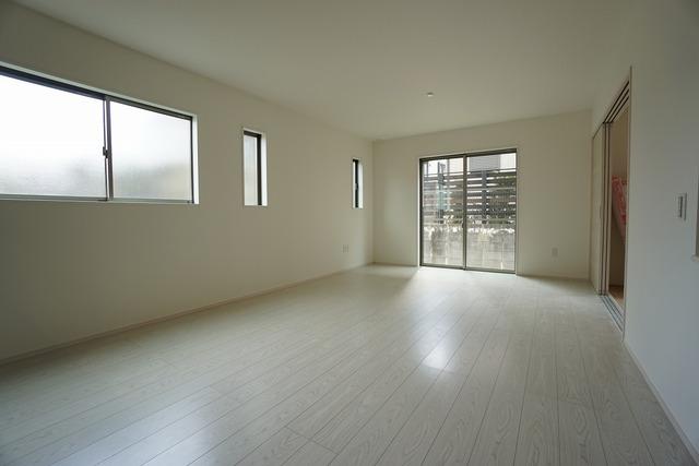 同仕様写真。おしゃれで過ごしやすいリビングです。隣接する和室と合わせると26帖以上の大空間になります。電動雨戸シャッター付き^^