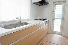 同仕様写真。対面式カウンターキッチンでお子様の様子が見守れます。カウンタートップは耐熱性に優れており、日ごろのお掃除もふき取るだけでOK。ステンレスシンクも簡単にお掃除できますよ。