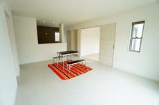 同仕様写真。おしゃれで過ごしやすいリビングです。隣接する和室と合わせると21帖以上の大空間になります。電動雨戸シャッター付き^^