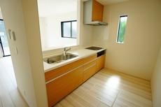 吊り戸には耐震ラッチ、キッチンカウンター下には大容量の収納スペースを確保。キッチンに立つことがますます快適になります。